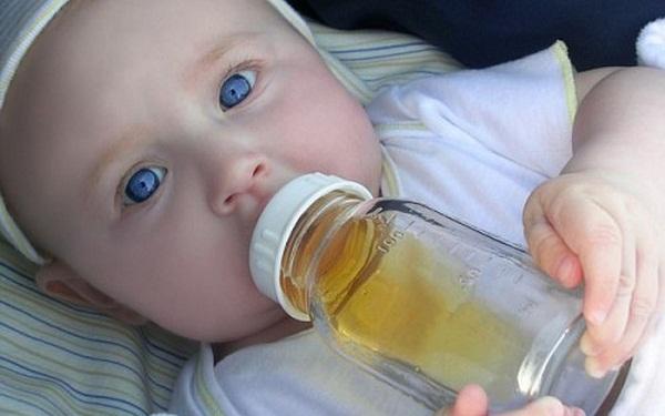 Thực đơn ăn dặm của bé 6 tháng đừng cho con uống nước trái cây