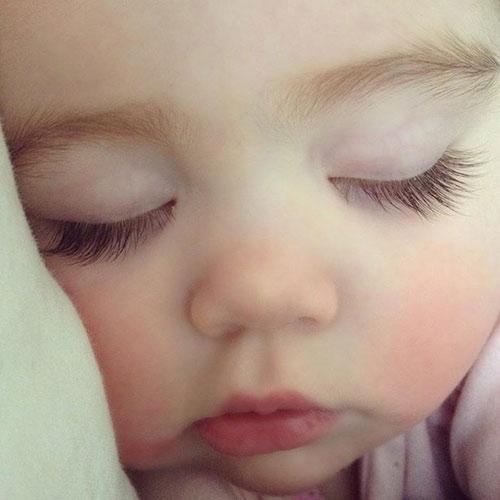 Cắt lông mi cho trẻ sơ sinh mẹ đang hại con