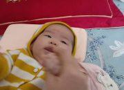 Mẹ Sunny cho bé vận động massage ngón tay theo phương pháp Montessory
