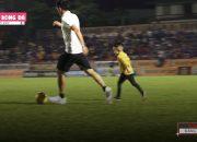 Văn Quyết dạy con chơi bóng vô cùng đáng yêu và ngọt ngào