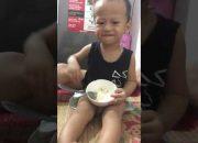 Có ai tin bé 1 tuổi rưỡi k ạ! Dạy con tự lập vừa ăn vừa hát 😍 dễ thương quá