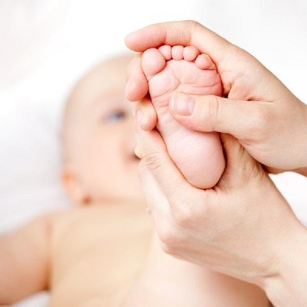 Chia sẻ cho các mẹ cách chữa ho cho trẻ bằng huyệt dũng tuyền