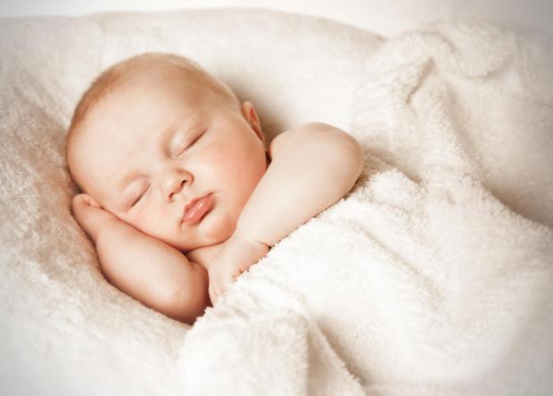 Trẻ sơ sinh thở khò khè về đêm là dấu hiệu bị làm không?