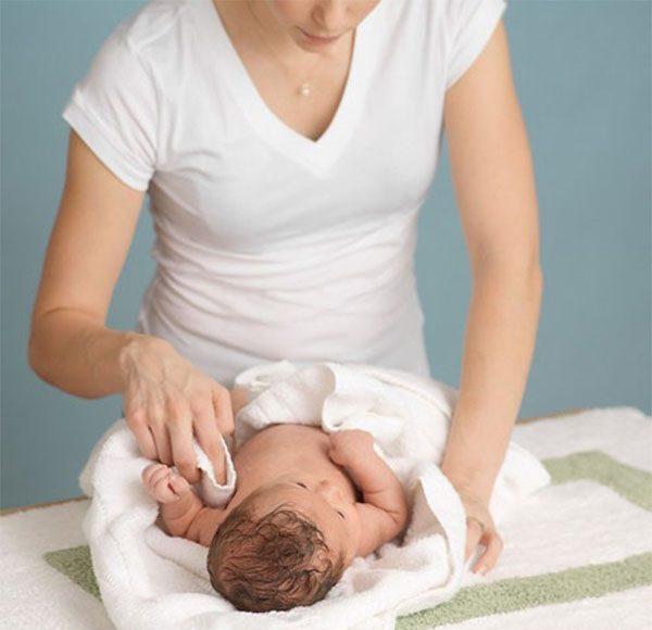 Hướng dẫn cho mẹ phương pháp hạ sốt cho trẻ chuẩn khoa học