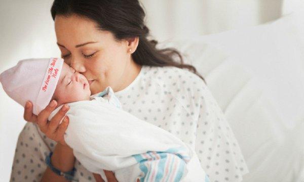 Sau sinh mẹ có nên nằm than và xông hơ vùng kín không?