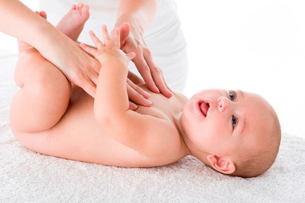 trẻ sơ sinh bị sôi bụng xì hơi nhiều;